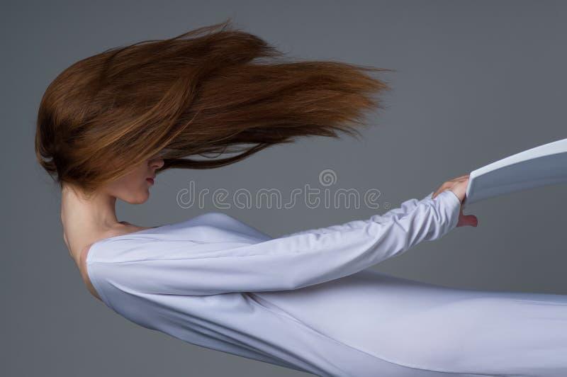 Frau, die in die Luft schwimmt lizenzfreies stockfoto
