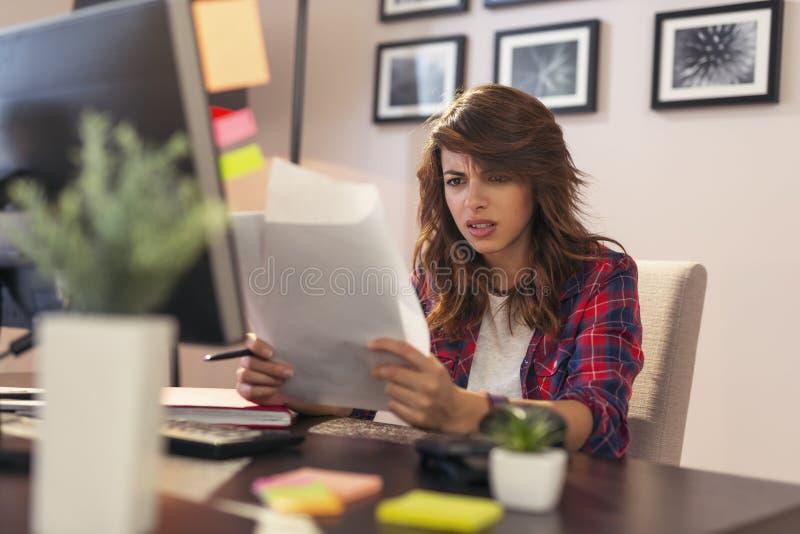 Frau, die Dokumente gestört verwahrt lizenzfreie stockbilder