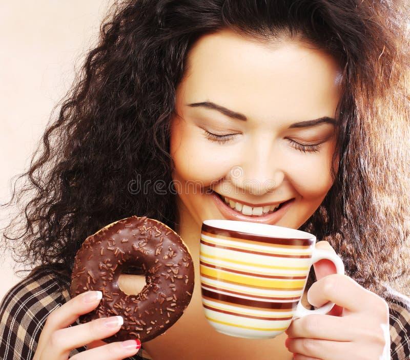 Frau, die Donut und Kaffee hält lizenzfreie stockfotografie