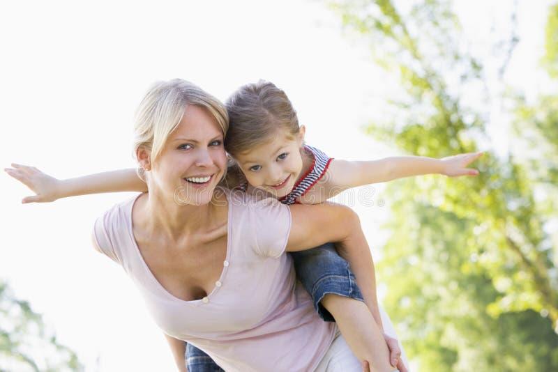 Frau, die Doppelpolfahrdas lächeln des jungen Mädchens gibt stockbild