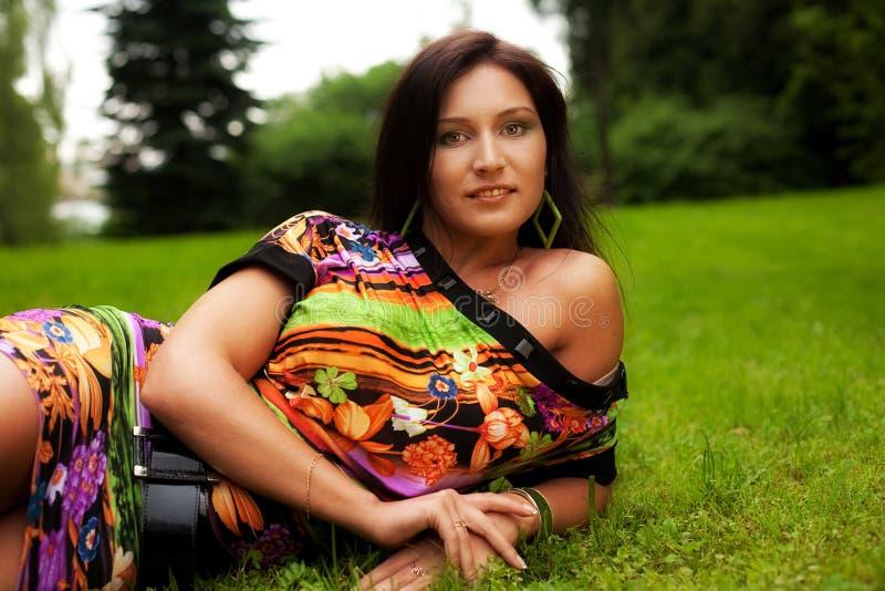 Frau, die draußen lächeln sich entspannt lizenzfreie stockfotos