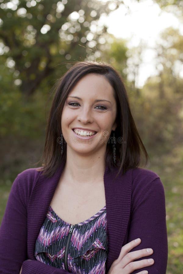 Frau, die draußen lächelt lizenzfreie stockfotos