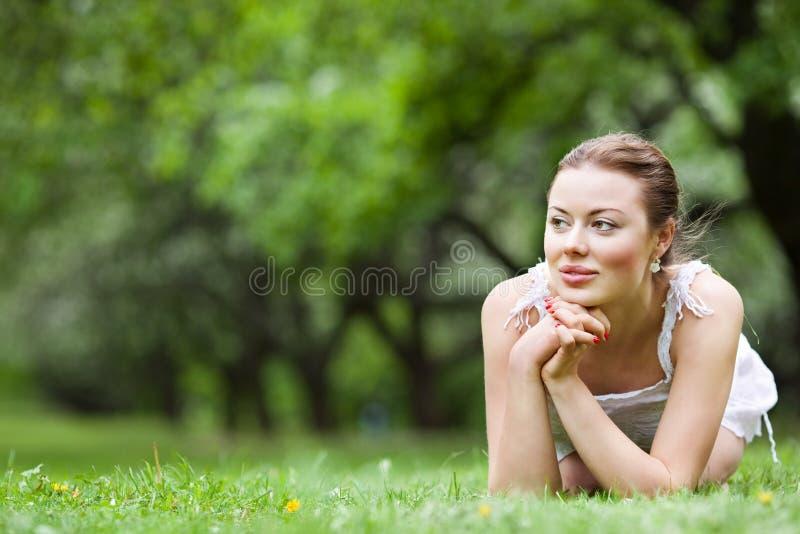 Frau, die draußen träumt lizenzfreies stockfoto