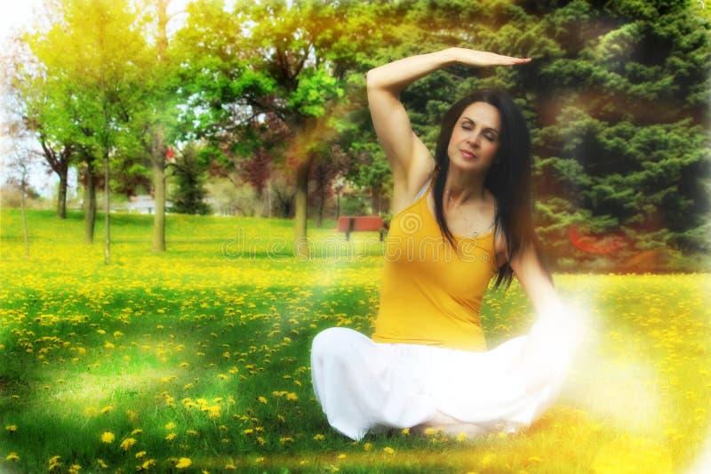 Frau, die draußen Yoga tut stockfotografie