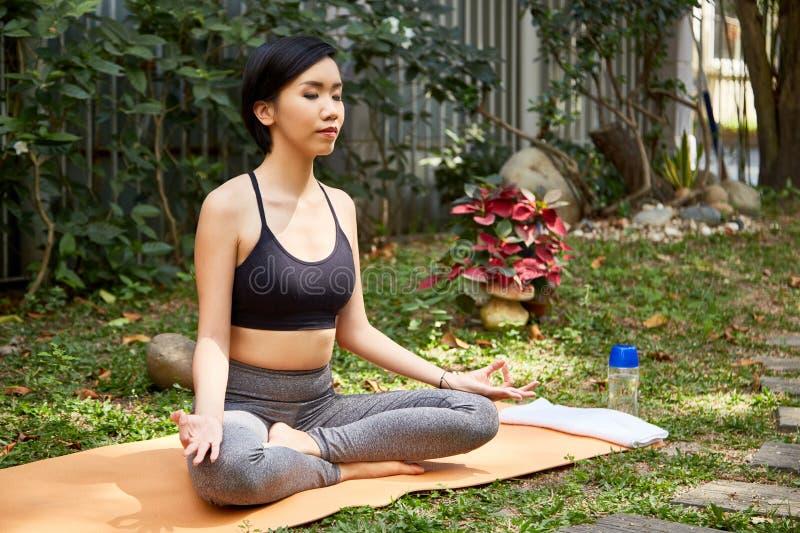 Frau, die draußen meditiert lizenzfreies stockbild