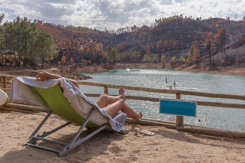 Frau, die durch den See sich entspannt Natur in Portugal lizenzfreie stockbilder