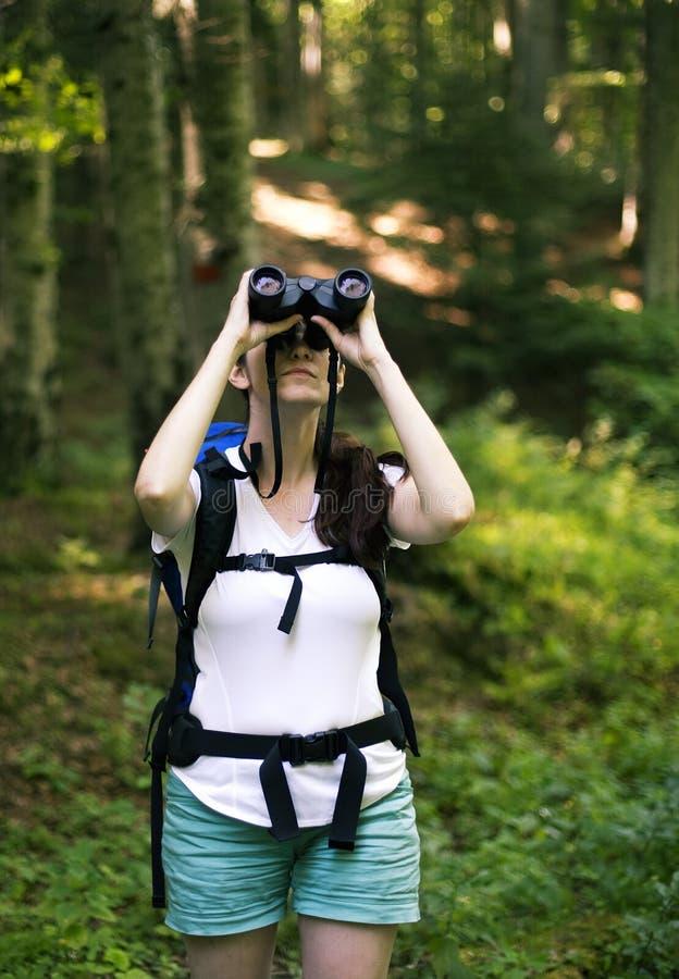 Frau, die durch die Binokel schaut lizenzfreies stockfoto