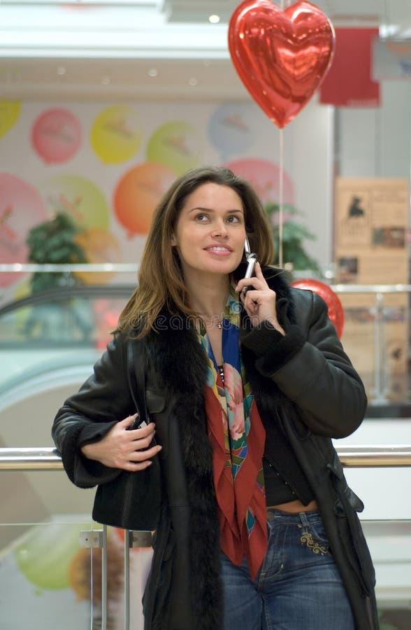Frau, die durch Handy spricht stockfotografie