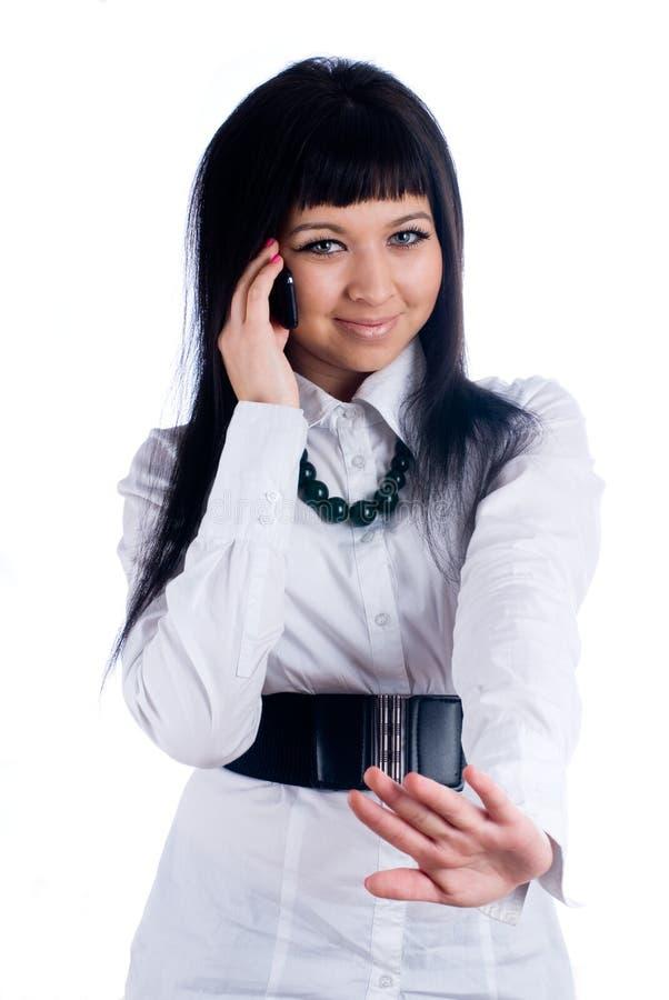Frau, die durch Mobile spricht stockfoto
