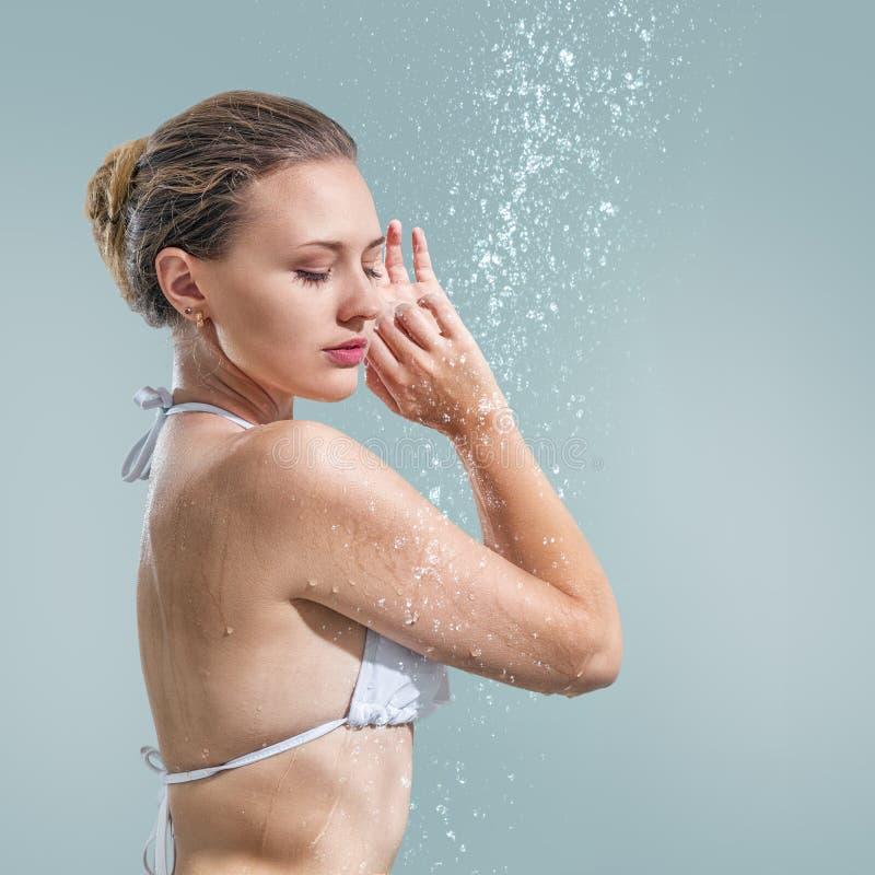 Frau, die Dusche genießt lizenzfreies stockbild