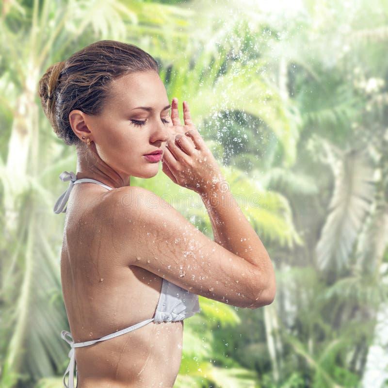 Frau, die Dusche im tropischen BADEKURORT genießt stockfotos