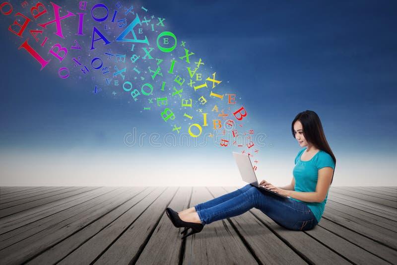 Frau, die E-Mail mit Laptop sendet lizenzfreie abbildung