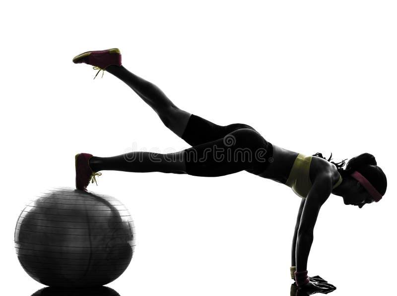 Frau, die Eignungstrainingsplanken-Positionsschattenbild ausübt stockbild