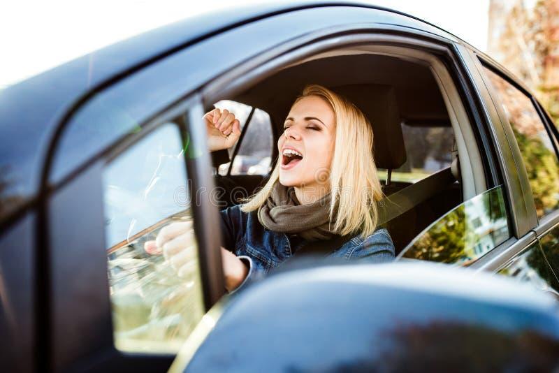Frau, die ein Auto antreibt lizenzfreies stockbild