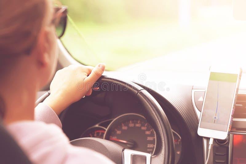 Frau, die ein Auto antreibt Rückseitige Ansicht stockbild
