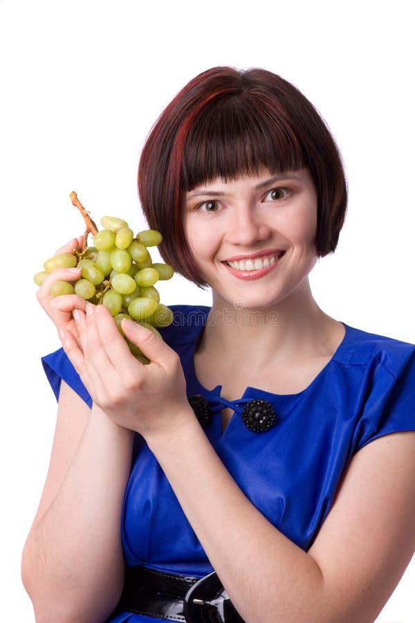 Frau, die ein Bündel grüne Trauben anhält stockbild
