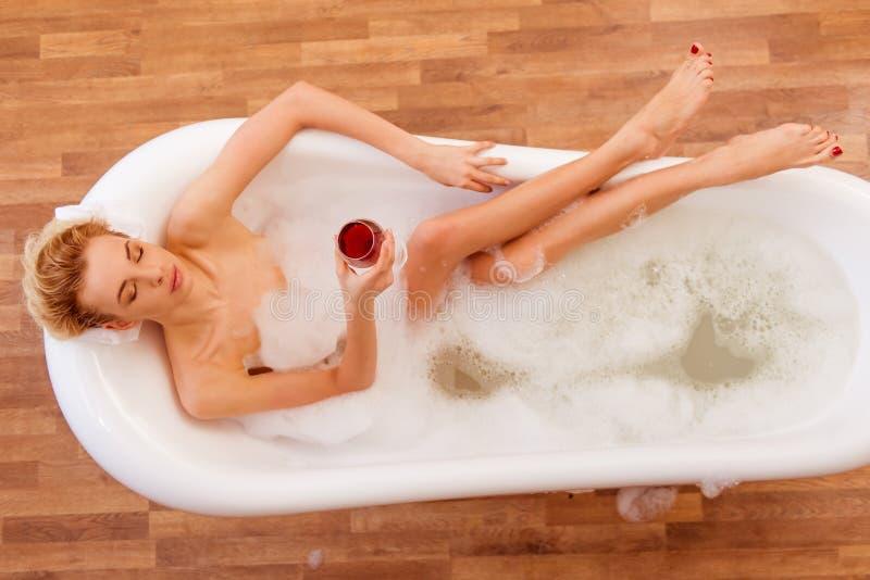 Frau, die ein Bad nimmt lizenzfreie stockfotos