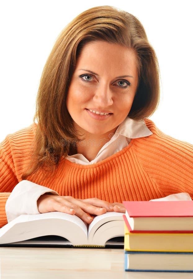Frau, die ein Buch liest. Studentinlernen stockbilder