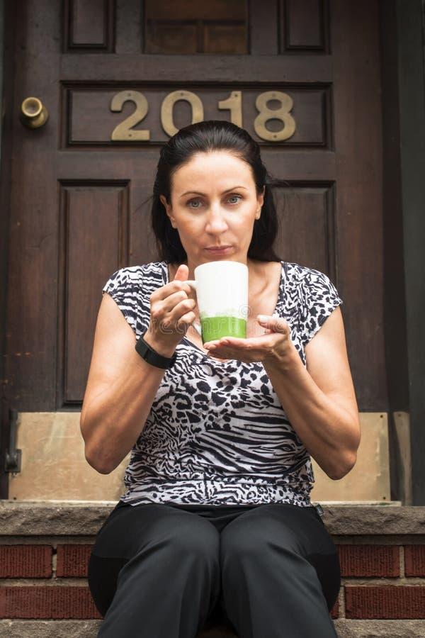 Frau, die ein coffe hat lizenzfreie stockfotos