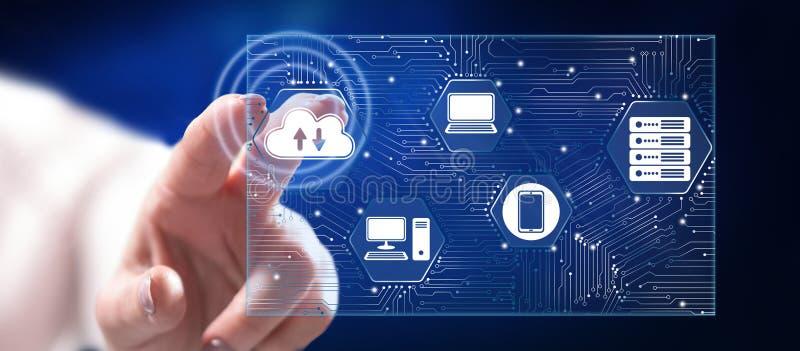 Frau, die ein Computernetzwerkkonzept berührt lizenzfreies stockfoto