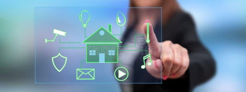 Frau, die ein digitales intelligentes Hausautomationskonzept berührt stockfoto