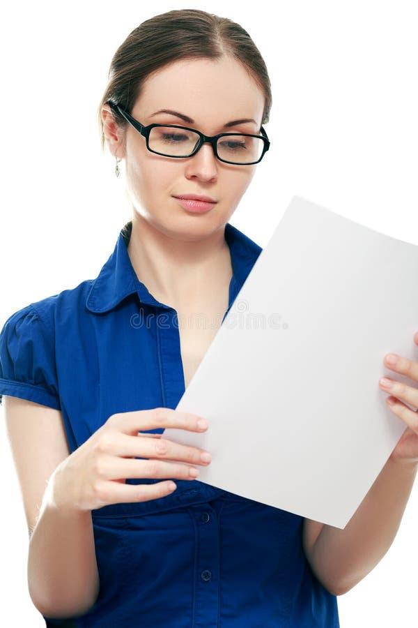 Frau, die ein Dokument liest Getrennt auf weißem Hintergrund stockfotografie