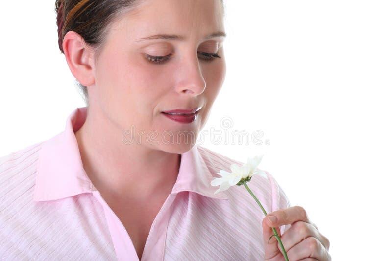 Frau, die ein Gänseblümchen riecht lizenzfreie stockfotografie