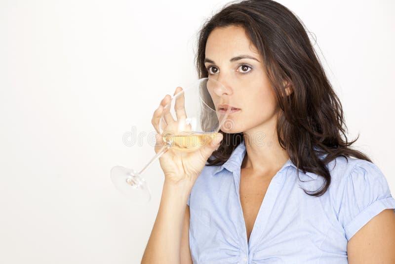 Frau, die ein Glas weißen Wein trinkt stockfotografie