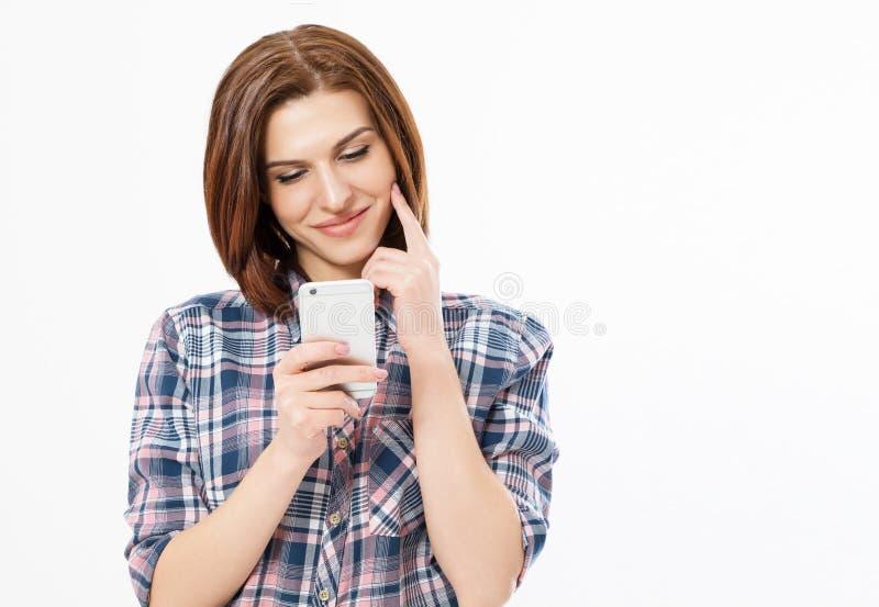 Frau, die ein intelligentes Telefon aufpassend verwendet und liest Aufpassendes Video des M?dchens auf zellul?rem stockfoto