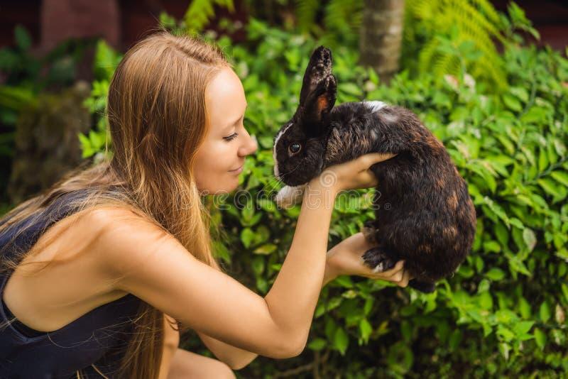 Frau, die ein Kaninchen anh?lt Kosmetik prüfen auf Kaninchentier Grausamkeit frei und Endtiermissbrauchskonzept stockfoto