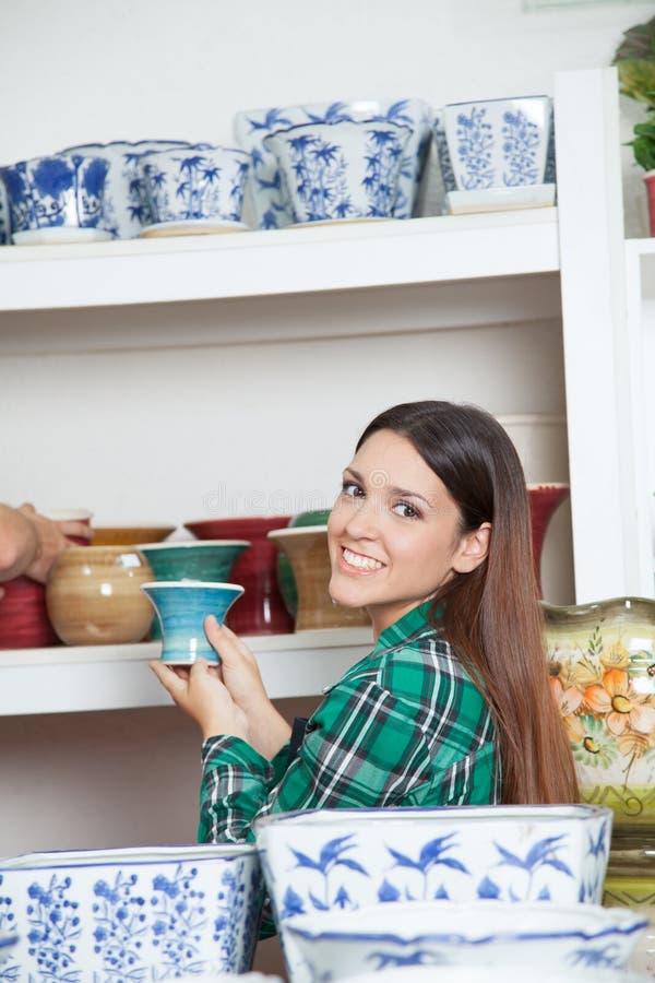 Frau, die ein keramisches hält lizenzfreie stockfotos