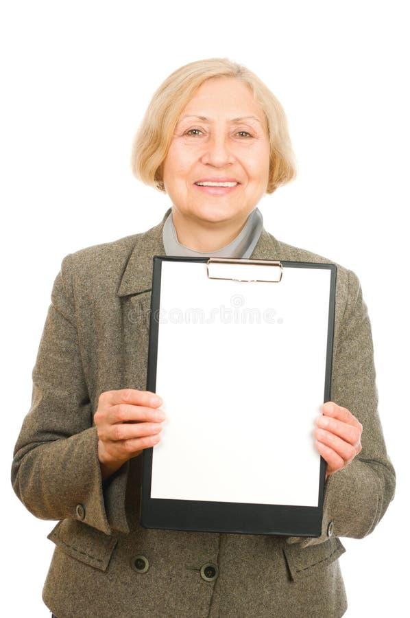 Frau, die ein Klemmbrett anhält stockfotografie