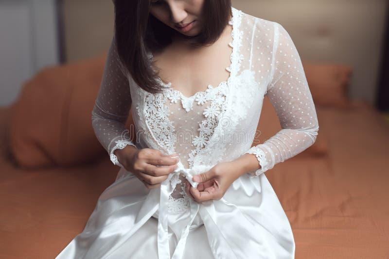 Frau, die ein langes weißes Nachthemd trägt stockfotos