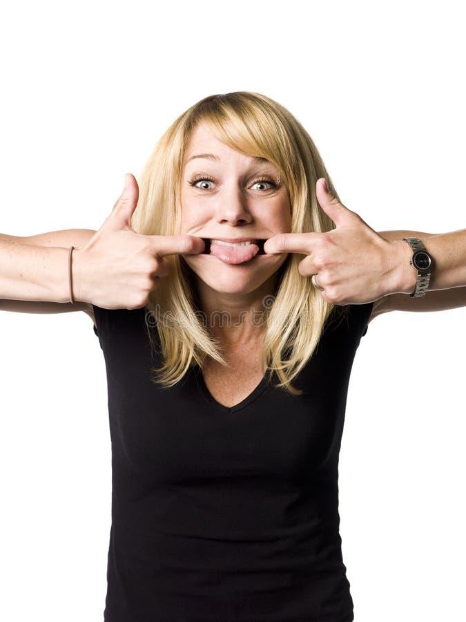 Frau, die ein lustiges Gesicht bildet stockbilder