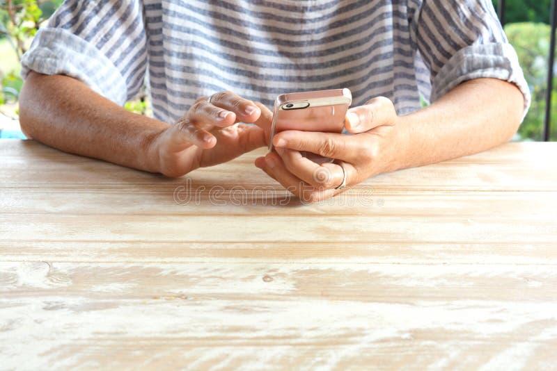 Frau, die ein Mobiltelefon, Nahaufnahme von Händen verwendet lizenzfreie stockfotografie