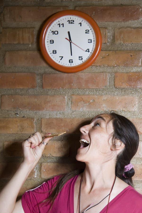 Frau, die ein Plätzchen isst stockfoto
