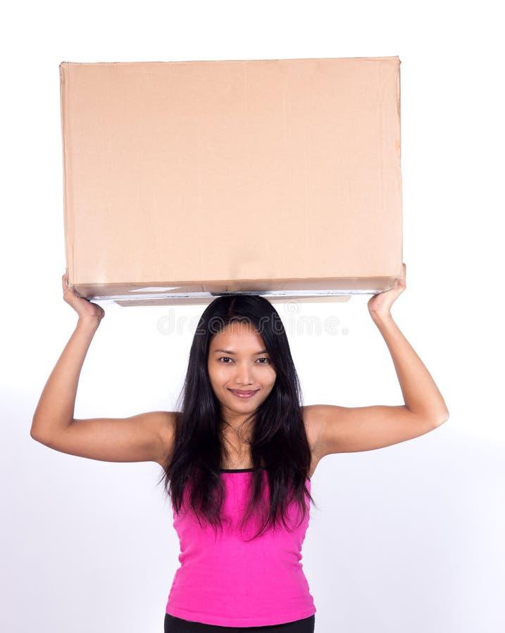 Frau mit Pappe lizenzfreies stockfoto