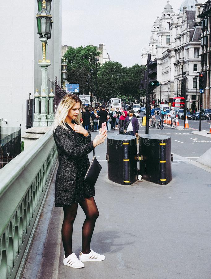Frau, die ein selfie in London nimmt stockfoto