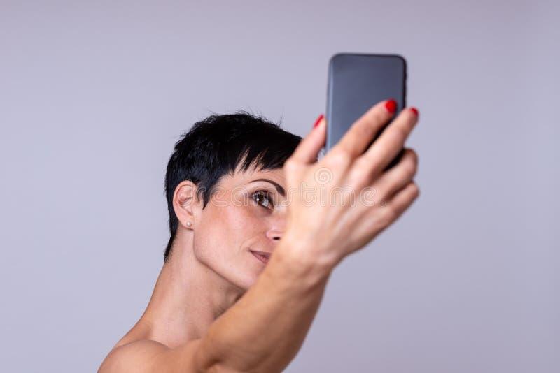 Frau, die ein selfie macht lizenzfreies stockfoto