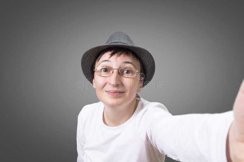 Frau, die ein selfie nimmt stockfotos