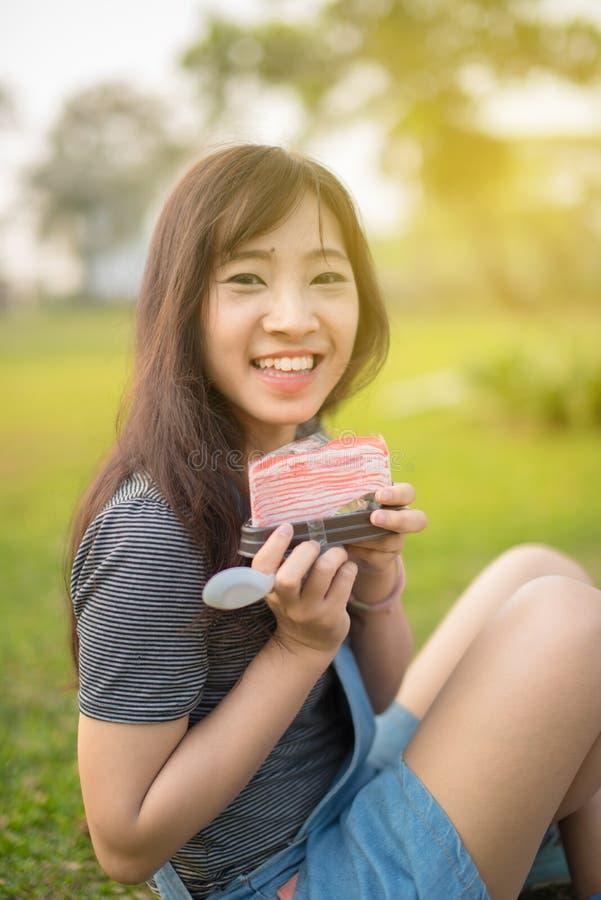 Frau, die ein Stück des Kuchens isst lizenzfreie stockfotos