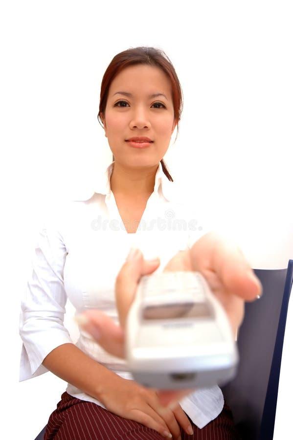 Frau, die ein Telefon anbietet lizenzfreie stockfotografie