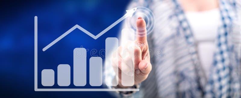 Frau, die ein Unternehmensanalysekonzept ber?hrt lizenzfreies stockfoto