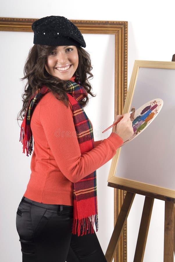 Frau, die eine Abbildung malt stockbild