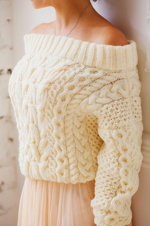 Frau, die eine beige weiche übergroße gestrickte Strickjacke oder einen Pullover trägt stockfoto