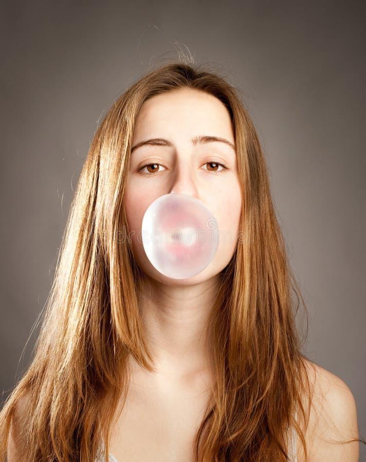 Luftblase mit Kaugummi stockbild. Bild von freundlich