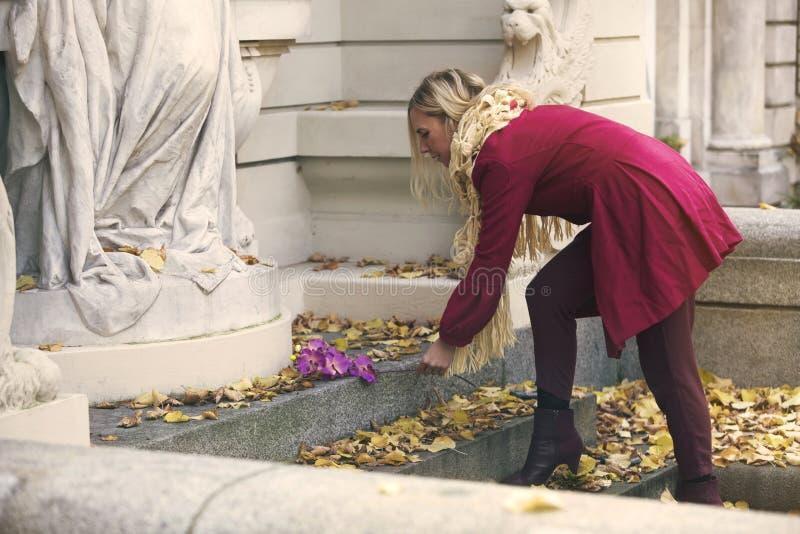 Frau, die eine Blume auf Finanzanzeige setzt lizenzfreies stockfoto