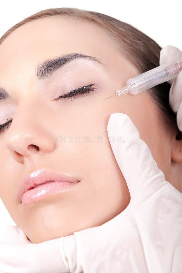 Frau, die eine botox Einspritzung empfängt stockfoto