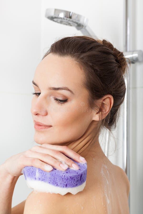 Frau, die eine Dusche nimmt lizenzfreies stockfoto