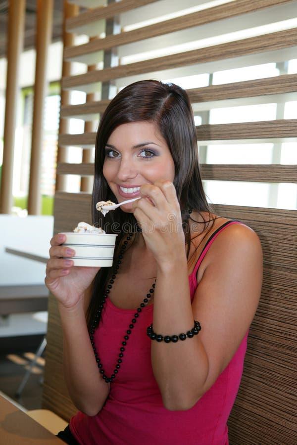 Frau, die eine Eiscreme isst lizenzfreie stockfotografie